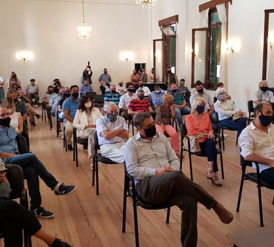 Ministros y productores reunidos en el Municipio